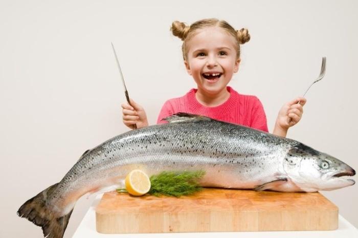 Nằm mơ thấy mình ăn cá thì báo hiệu cho thấy công việc sắp gặp sự cố, cuộc sống của bạn sẽ gặp khó khăn